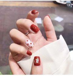 红色方形夏天波点短指甲跳色金箔简约白色美甲图片