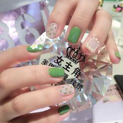 绿色方形波点泫雅风+小花美甲图片