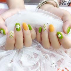 圆形绿色黄色手绘花朵波点跳色夏天美甲图片