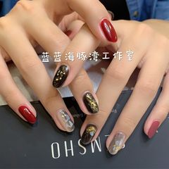 红色圆形金箔跳色竖形渐变这款指甲端庄大方优雅气质,竖形渐变更适合指甲长的美女!美甲图片