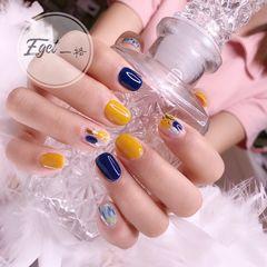 黄色蓝色方圆形短指甲跳色可爱晕染金箔美甲图片