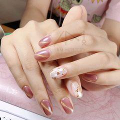 圆形贝壳片粉色猫眼金箔美甲图片
