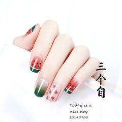 绿色水果夏天简约方圆形红色渐变手绘西瓜美甲图片