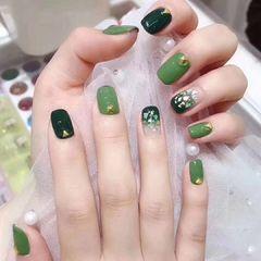 绿色方圆形渐变晕染贝壳片美甲图片