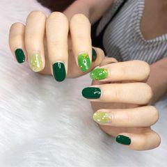 绿色黄色圆形金箔贝壳片夏天跳色简约美甲图片