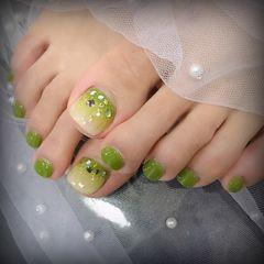 脚部绿色渐变贝壳片夏天美甲图片