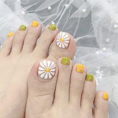 脚部绿色黄色白色手绘雏菊跳色夏天美甲图片