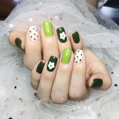绿色方圆形波点夏天跳色简约花朵美甲图片