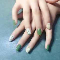 绿色圆形夏天波点跳色简约乳白色美甲图片