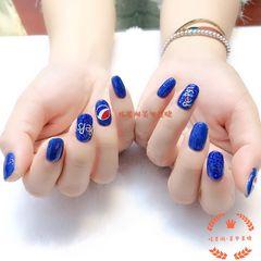 圆形蓝色手绘可乐显白美甲图片