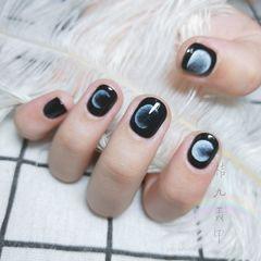 圆形短指甲简约手绘黑色月亮🌑🌘🌗🌖🌕美甲图片