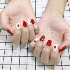 红色圆形波点白色手绘草莓水果美甲图片