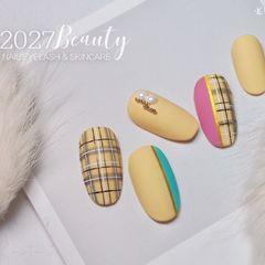 圆形黄色格纹磨砂美甲图片