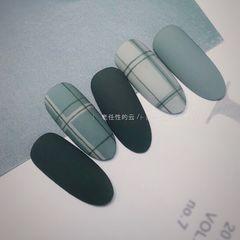 绿色磨砂格纹简约跳色线条美甲图片