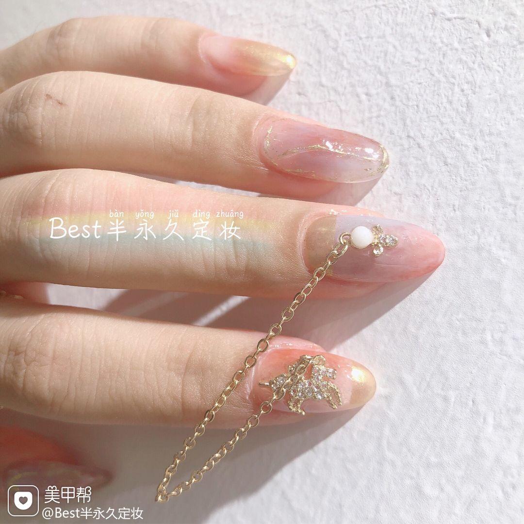 圆形晕染粉色金属饰品新娘美甲图片