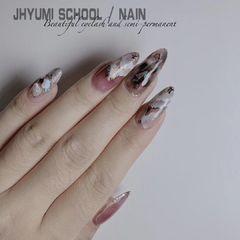 日式晕染尖形紫色白色石纹美甲图片