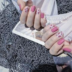 方圆形短指甲磨砂秋天上班族简约跳色粉色豹纹美甲图片