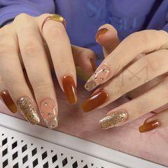焦糖色亮片钻饰方圆形金色美甲图片