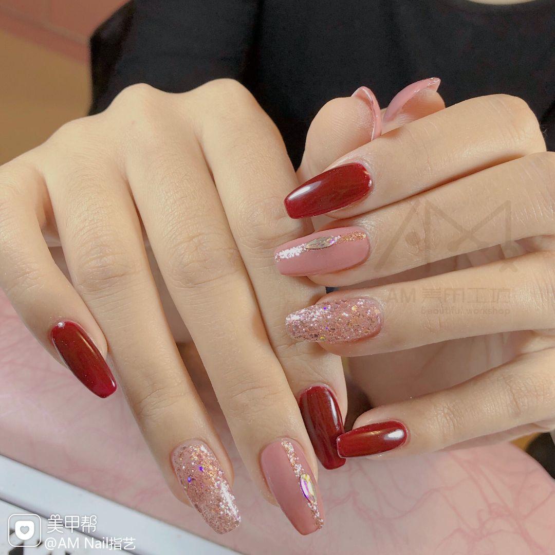 红色钻饰方圆形粉色钻美甲图片