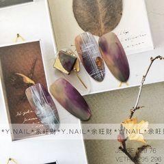 圆形紫色黑色晕染磨砂手绘冬天的款式 颜色比较厚重 和金色类墨镜粉搭配太好看了 *余旺财美甲设计*美甲图片