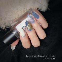尖形蓝色白色晕染金属饰品美甲图片