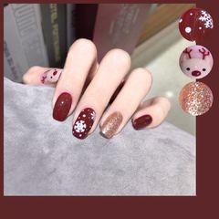 红色方圆形简约圣诞节🎄的到来,是不是也该给我们指甲换一个圣诞主体系的美甲💅呢, 红色搭上彩绘❄️更有冬天的感觉。不但显白,还耐看哦😄 再搭上可爱的小鹿实在很美👍美甲图片