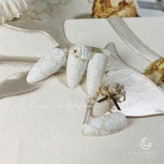 银色圆形秋天简约新娘花朵上班族白色手绘✨✨ 糖衣粉打造精致花朵 搭配Lady Grace新款饰品💫 最美婚甲系列👰🏻美甲图片