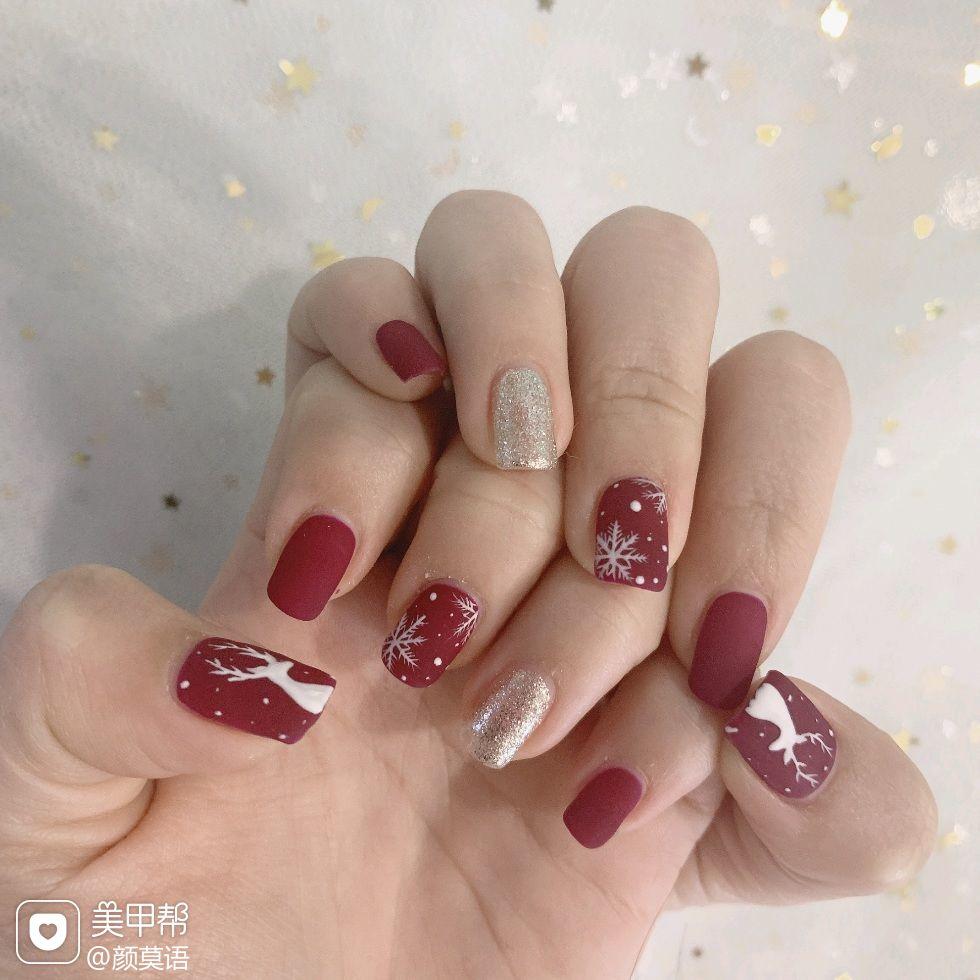 红色圣诞磨砂短指甲跳色简约波点方圆形手绘雪花美甲图片