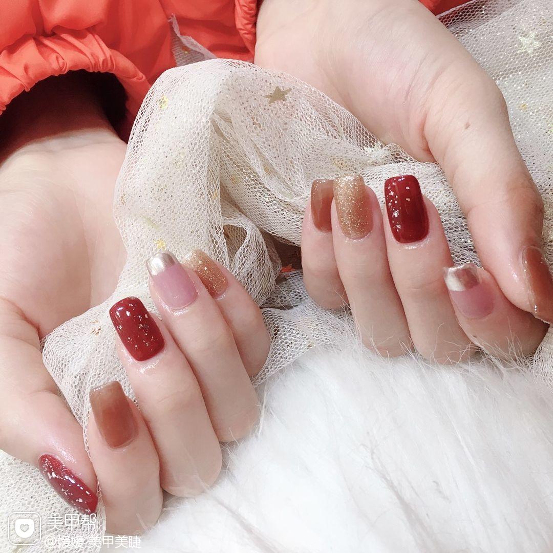红色方形圣诞波点短指甲格纹跳色脚新娘上班族晕染金箔简约渐变美甲图片