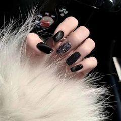 黑色猫眼饰品美甲图片