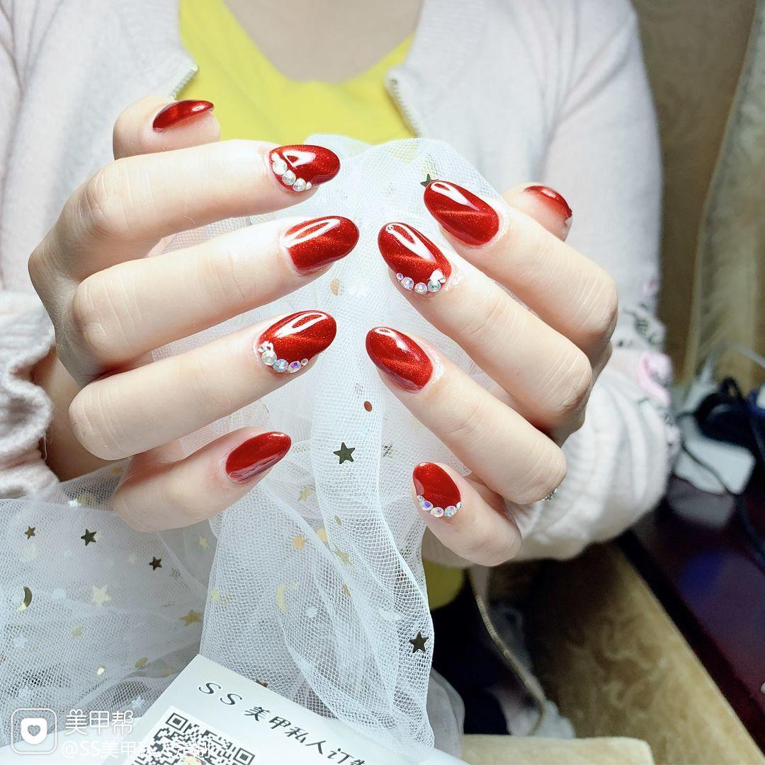 红色酒红色圆形简约新年新娘上班族猫眼钻钻饰美甲图片