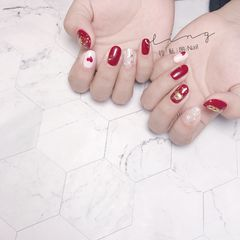 红色圆形新年贝壳片钻饰心形金箔美甲图片