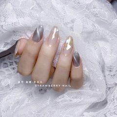 裸色圆形灰色猫眼贝壳片金箔美甲图片