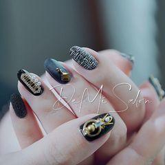 圆形黑色手绘毛呢金属饰品.Nails   这个新年甲有些出类拔萃😎美甲图片