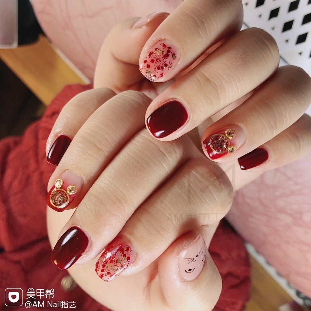 酒红色新年手绘方圆形红色渐变亮片美甲图片