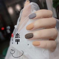 方圆形黄色灰色棕色格纹毛衣纹磨砂跳色美甲图片