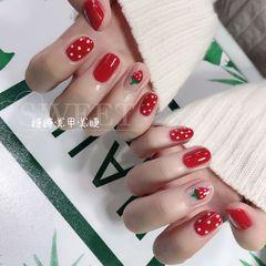 红色圆形新年波点跳色手绘水果草莓美甲图片