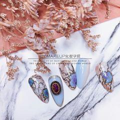 蓝色尖形晕染镶钻宝石裂纹复古风的宝石裂纹 加以金属线条的点缀 透露出丝丝的神秘感 —————————— ★云飞老师美甲图片