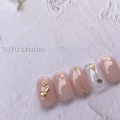 裸色圆形金属饰品金箔美甲图片