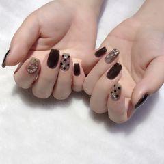 方圆形短指甲夏天金箔贝壳片跳色波点黑色美甲图片