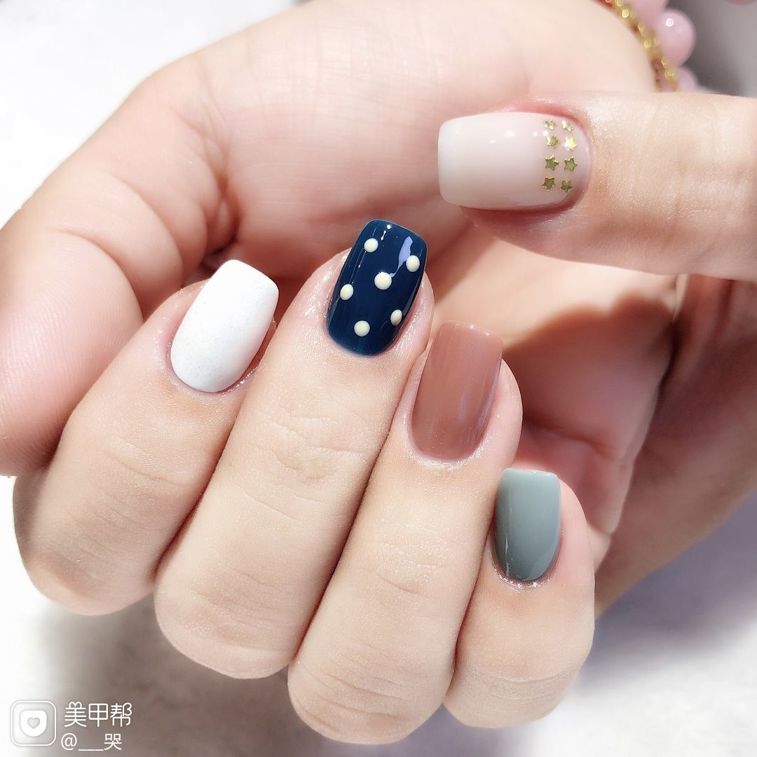 蓝色裸色方圆形波点跳色夏天简约上班族短指甲白色魔镜粉灰色美甲图片