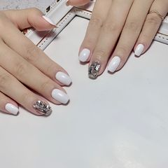 方圆形白色钻饰美甲图片