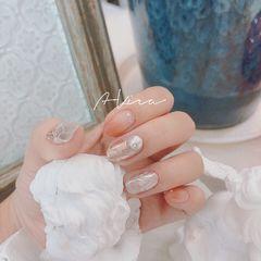 裸色圆形夏天短指甲新娘晕染金箔珍珠美甲图片