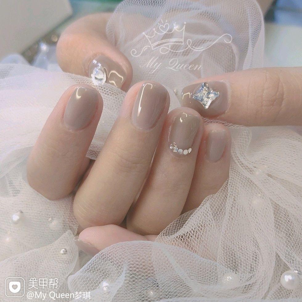 裸色银色方形夏天短指甲简约上班族钻美甲图片
