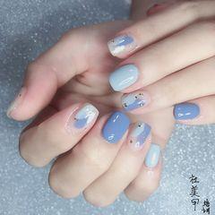 蓝色方形简约金箔手绘白色美甲图片