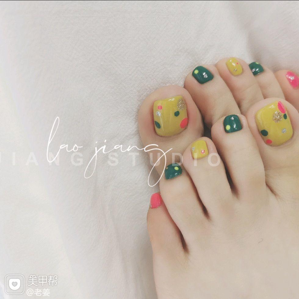 黄色绿色方形波点短指甲脚跳色简约可爱美甲图片