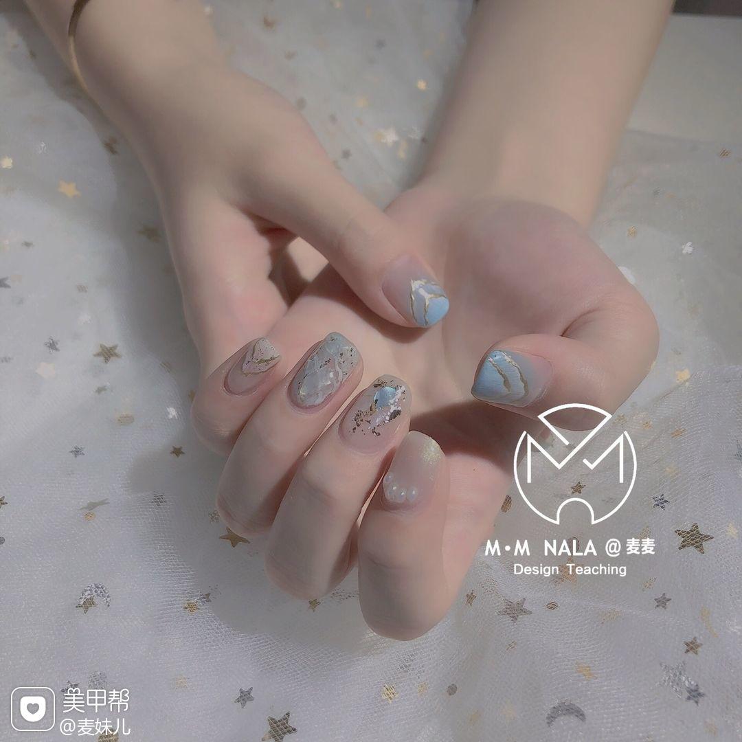 蓝色方形短指甲夏天贝壳片金箔晕染渐变美甲图片