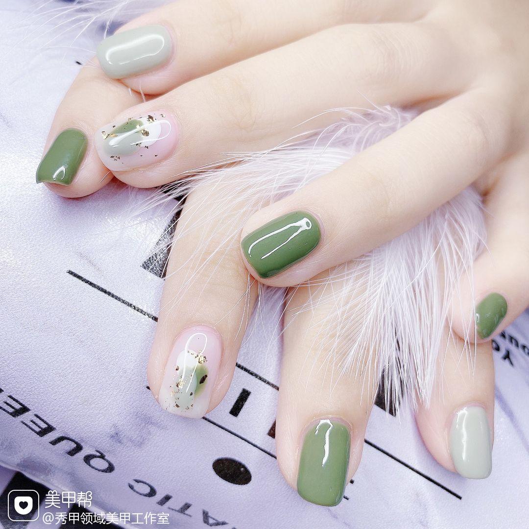绿色方圆形夏天波点短指甲跳色上班族晕染金箔简约花朵白色金色美甲图片