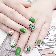 绿色圆形跳色格纹夏天美甲图片