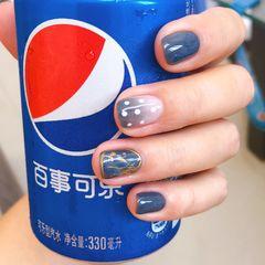 蓝色波点短指甲晕染渐变金箔美甲图片
